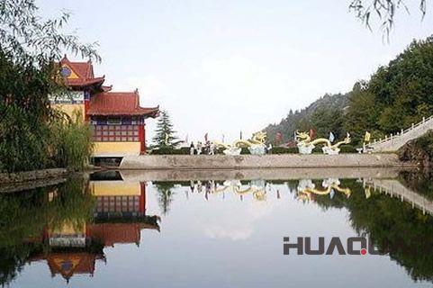 主要景点有雷山风景区,黄金湖旅游区,黄坪山旅游区,董家口风景区,大泉